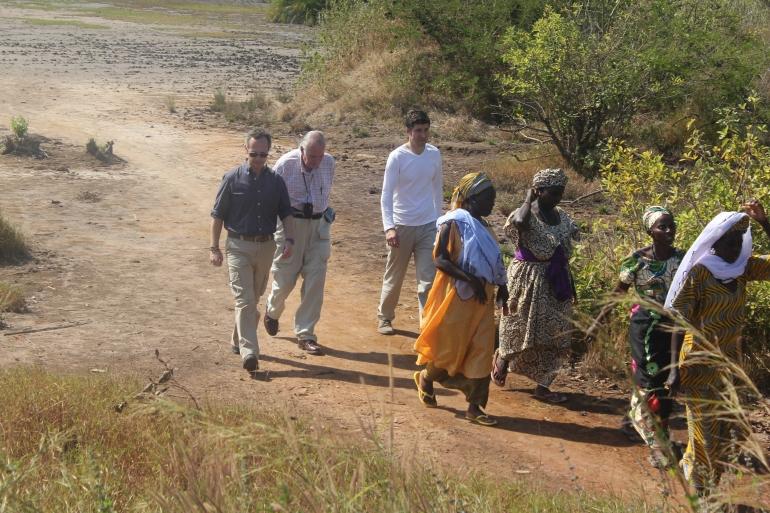Caminando por las salinas secas de Mansôa